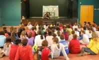 Carla Casals explicando su experiencia a un numeroso grupo de chicos y chicas