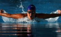 Carla Casals nadando estilo mariposa en la piscina