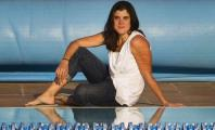 Carla Casals sentada al borde de la piscina