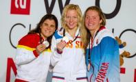 Carla Casals mostrando su medalla de plata