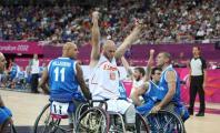 Ismael García alzando los brazos en señal de victoria