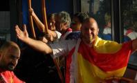 Ismael García posando con la bandera de España