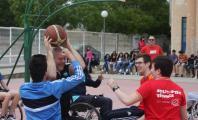 Ismael García jugando un partido con estudiantes de un instituto