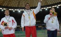 Javier Soto recibiendo la medalla de oro de 1.500, atletismo