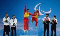 Jon Santacana saltando celebrando la medalla de oro junto a Miguel Galindo, su guía
